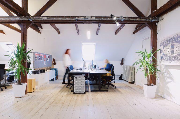 Open space kontorplads i kontorfællesskab